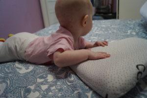 Для чего нужна ортопедическая подушка для новорожденных?